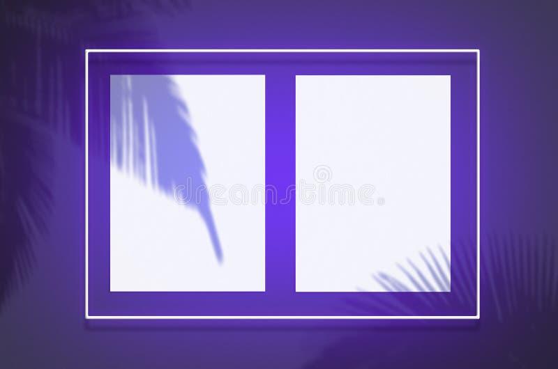 Mockup plakat w neonowej ramie z fiołkową łuną Scena z tropikalną narzuty palmą ocienia z bezpłatną przestrzenią wśrodku royalty ilustracja