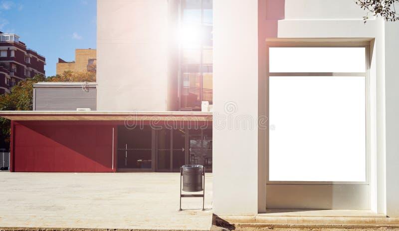 Mockup pusty biały reklamowy miastowy billboard na budynek ścianie w mieście fotografia stock