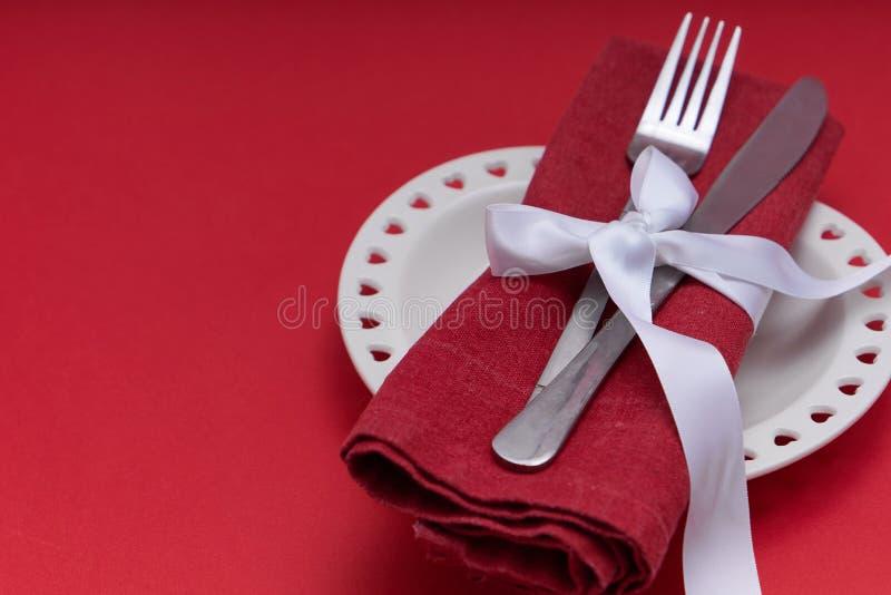 Mockup Valentines Piastra bianca a forma di cuore su sfondo rosso Spazio di copia immagini stock libere da diritti
