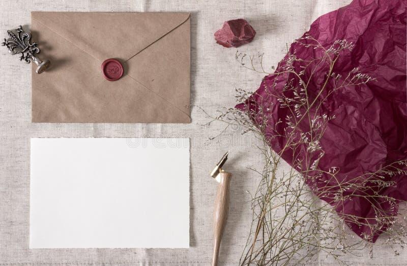 Mockup z kopertą, wosk foka, pusta karta i suszy kwiaty obrazy stock