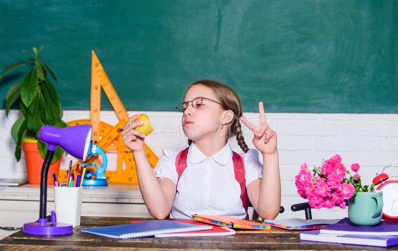 mocne z?by mała dziewczyna gotowa jeść jabłka Mądrze dziecka pojęcie wiek cyfrowy z nowożytną technologią mały genialny dziecko obraz stock