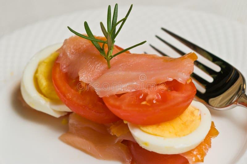 Mocno gotowany plasterka jajko, pomidor i uwędzony łosoś, zdjęcia royalty free