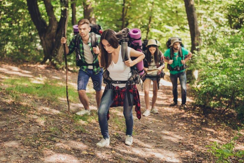 Mocno, trudna, męcząca i znojna wyprawa cztery przyjaciela w canyaon, są wspinaczkowi up, z plecakami i wszystko nee obraz stock