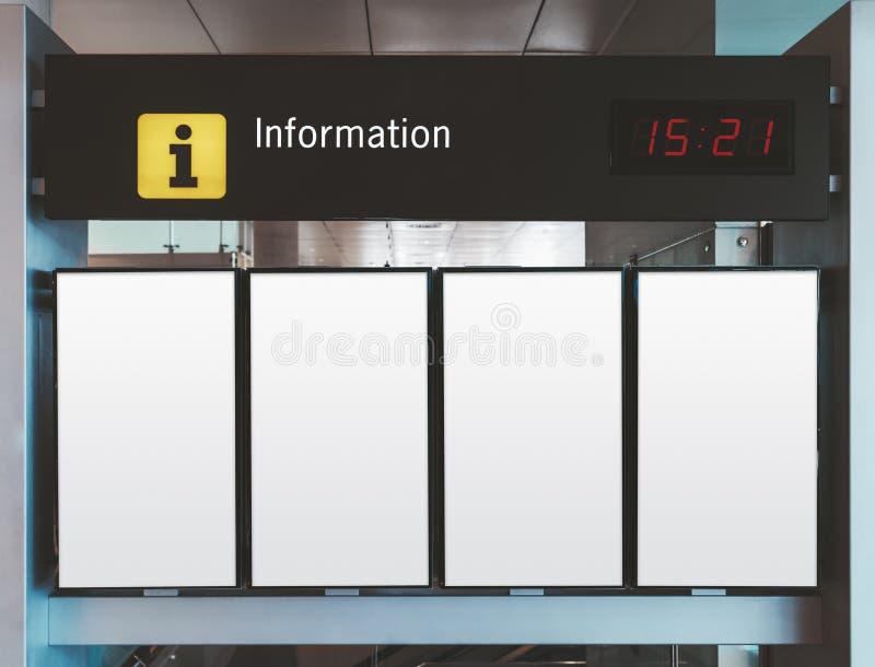 Mocup degli schermi di informazioni all'interno fotografia stock