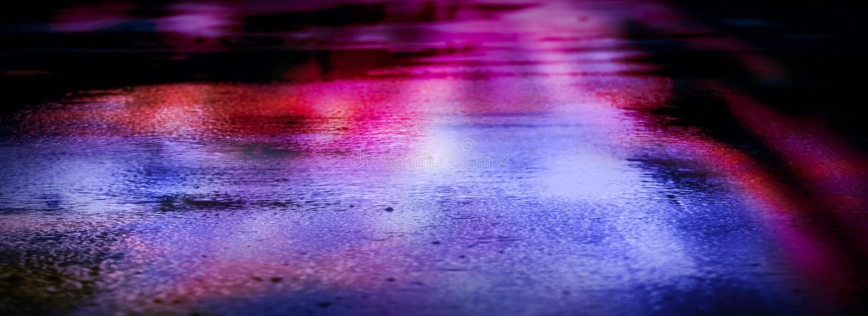 Moczy asfalt po deszczu, odbicie neonowi światła w kałużach Światła noc, neonowy miasto ciemne tła abstrakcyjne obrazy stock