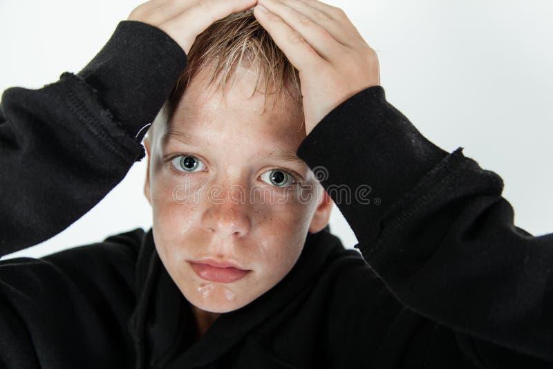 Moczy i zimna chłopiec z rękami na głowie zdjęcie stock