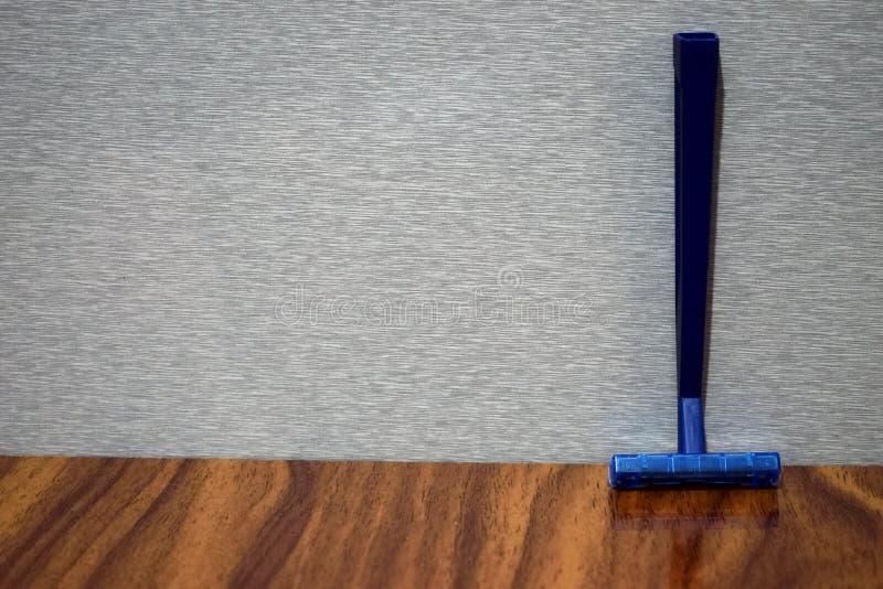 Moczy ogolenie żyletkę na drewnianym stole zdjęcie stock