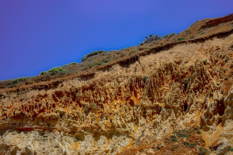 Moczy skalistego wzgórze z pięknym niebieskim niebem w tle zdjęcia stock