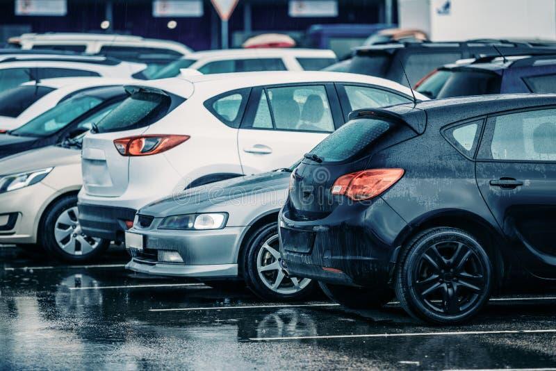 Moczy Używać samochody na parking Podczas deszczu fotografia royalty free