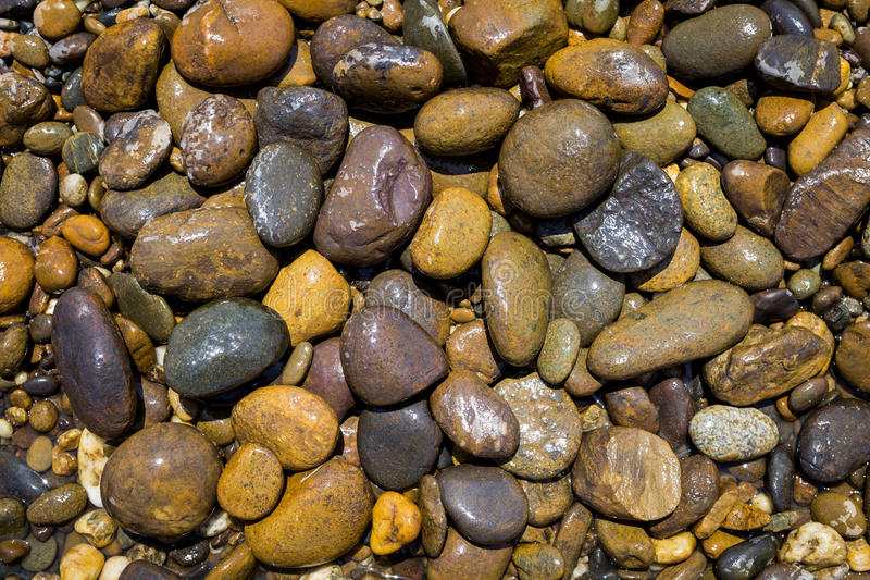 Moczy wokoło rzeka kamienia tła zdjęcia stock