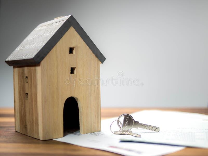 Modèle à la maison avec la clé, le bâtiment, l'hypothèque, les immobiliers et le concept de propriété image libre de droits