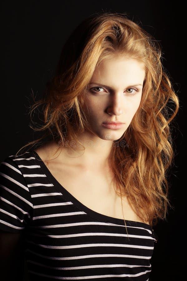 Modèle à la mode de gingembre dans le T-shirt rayé photo stock