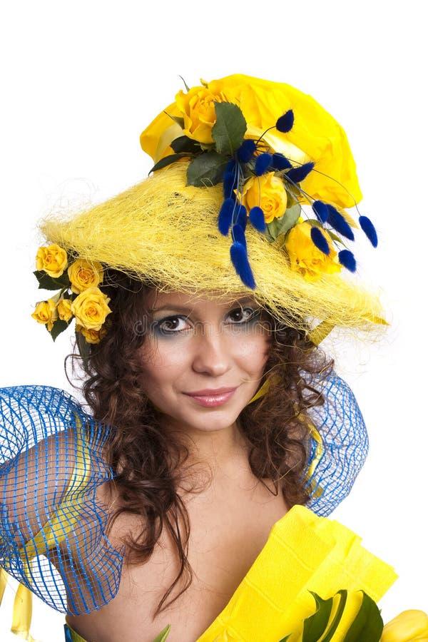 Modèle élégant avec des roses dans son chapeau image stock