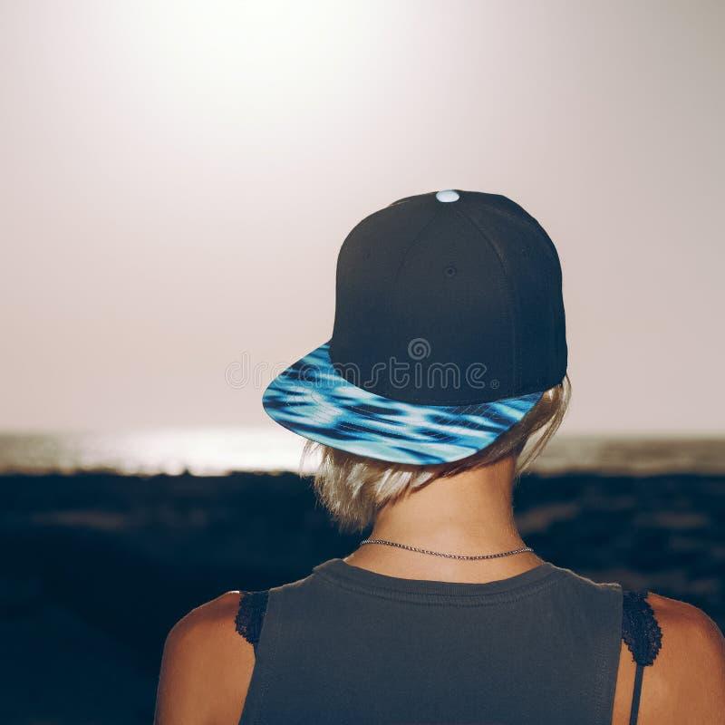 Modèle élégant dans le chapeau à la mode style urbain de mode photographie stock