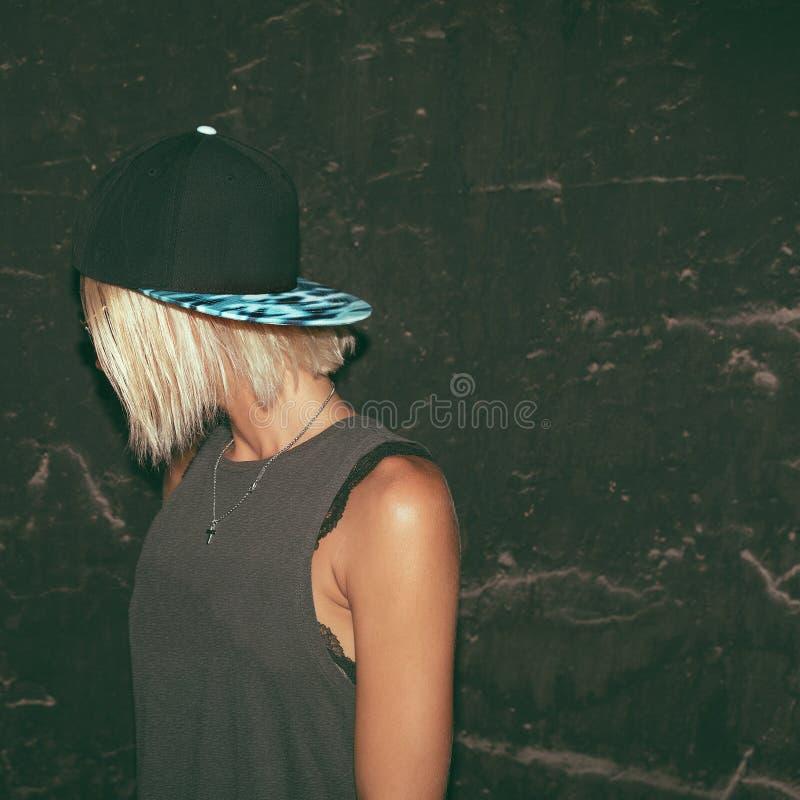 Modèle élégant dans le chapeau style urbain de mode images libres de droits