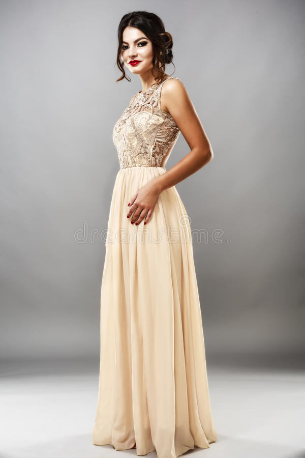 Modèle élégant de brune de mode de beauté dans la robe élégante avec longtemps images stock