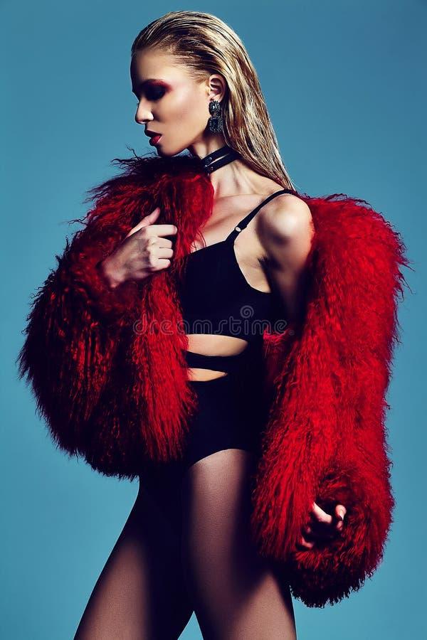 Modèle élégant de butin de mode dans le manteau de fourrure photos libres de droits
