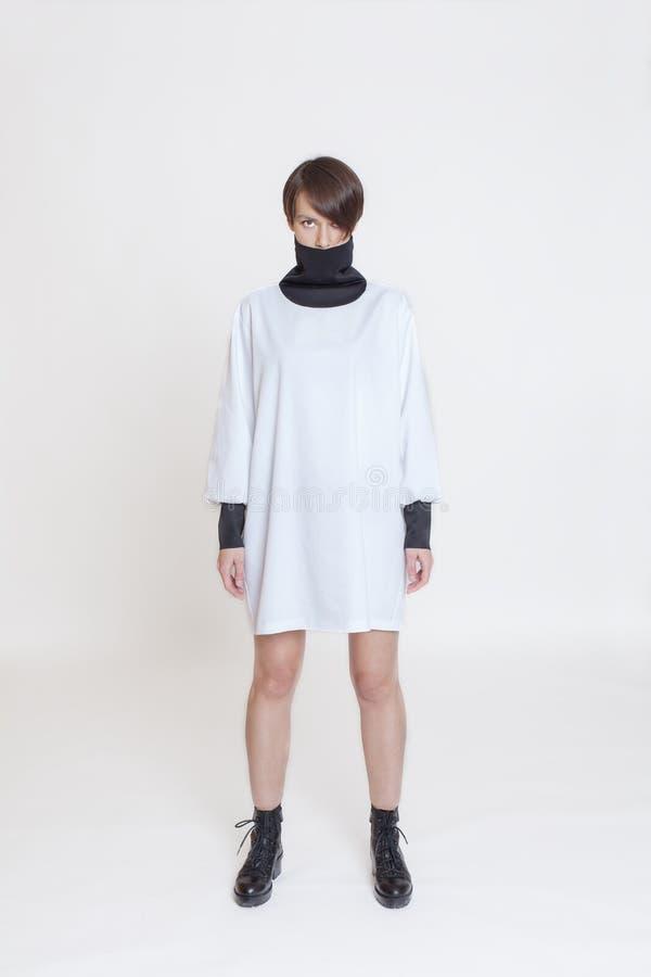 Modèle élégant de fille dans des vêtements Fond blanc photo stock