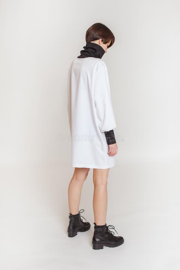 Modèle élégant de fille dans des vêtements Fond blanc images libres de droits