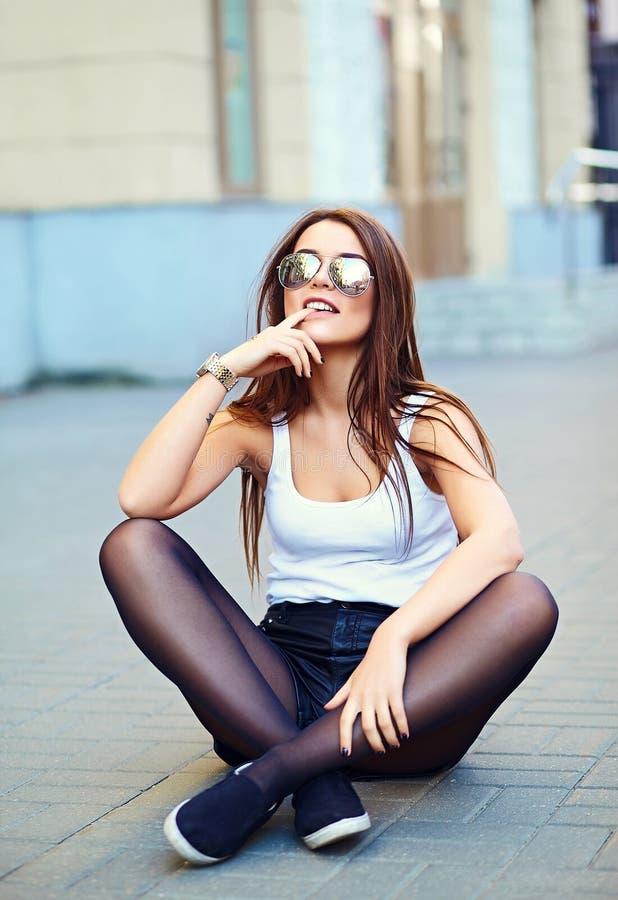 Modèle élégant sexy en tissu occasionnel de hippie d'été dans la rue images libres de droits