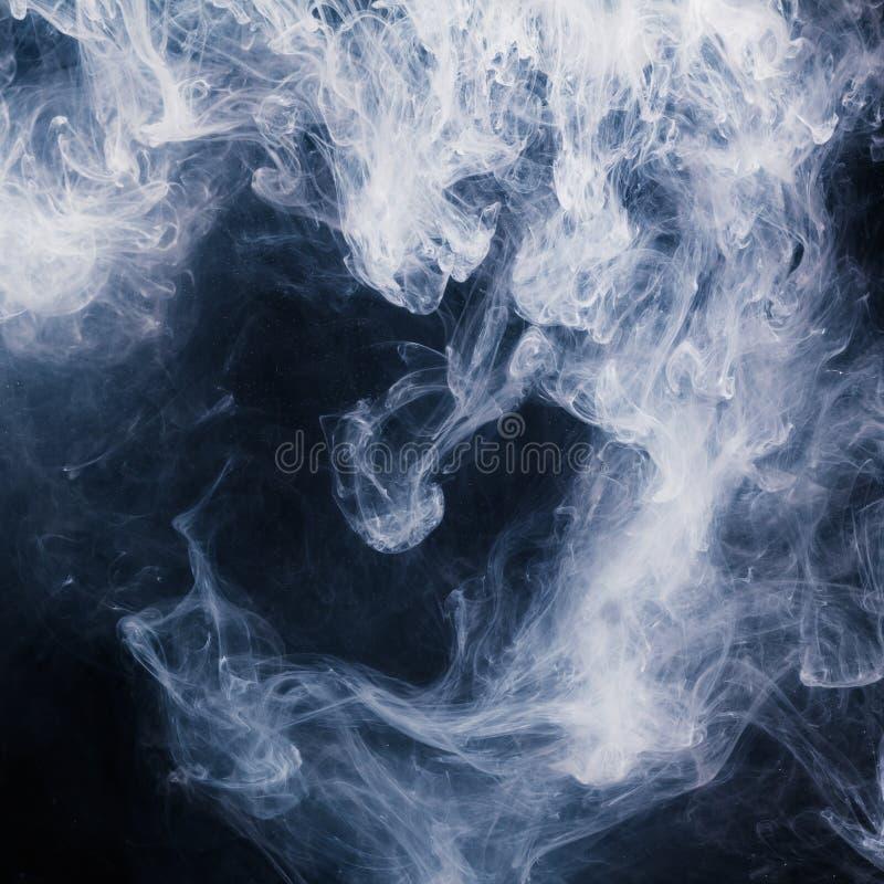 Modèle abstrait de la fumée blanche sur un fond noir Vagues de brume et de nuages photos stock