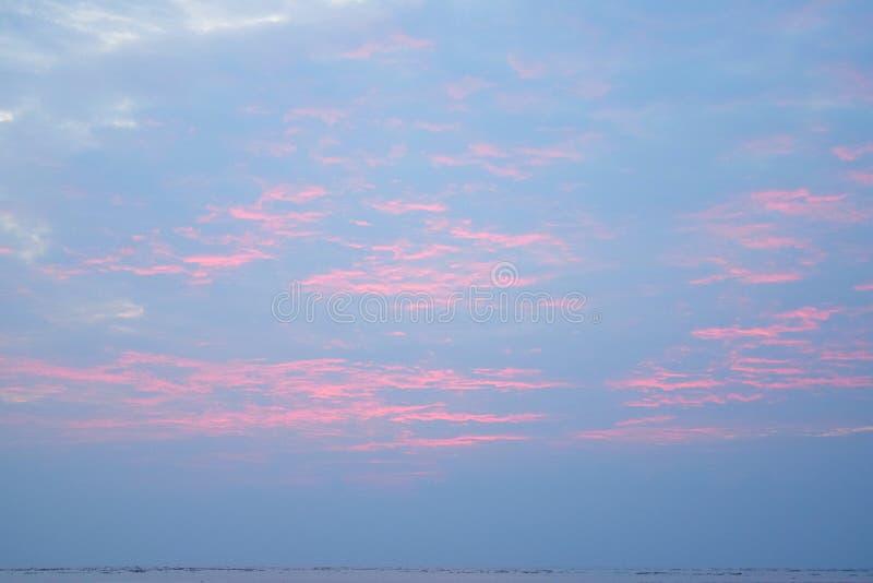 Modèle abstrait des lignes oranges en nuages en ciel au coucher du soleil - fond naturel de ciel image stock