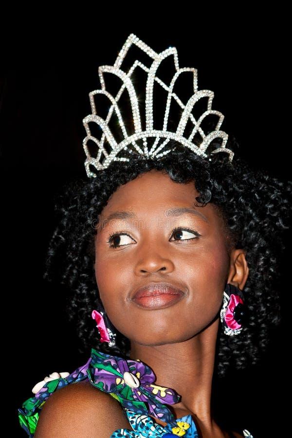 Modèle africain avec la couronne de diamant photographie stock