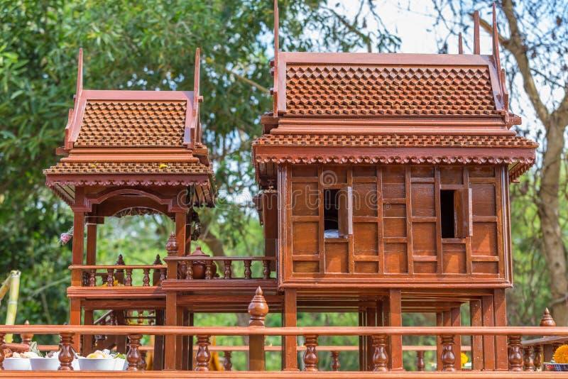 Modèle antique de style de maisons thaïlandaises foreshorten image stock