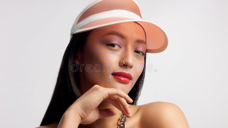 Modèle asiatique de métis dans la pousse de beauté de studio photo libre de droits
