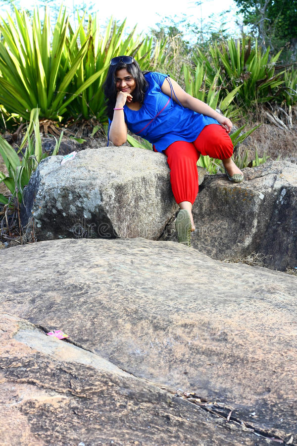 Modèle asiatique sur le terrain rocheux photos stock