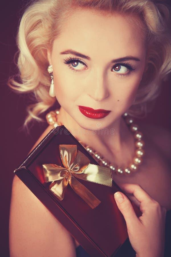 Modèle assez blond de fille image stock
