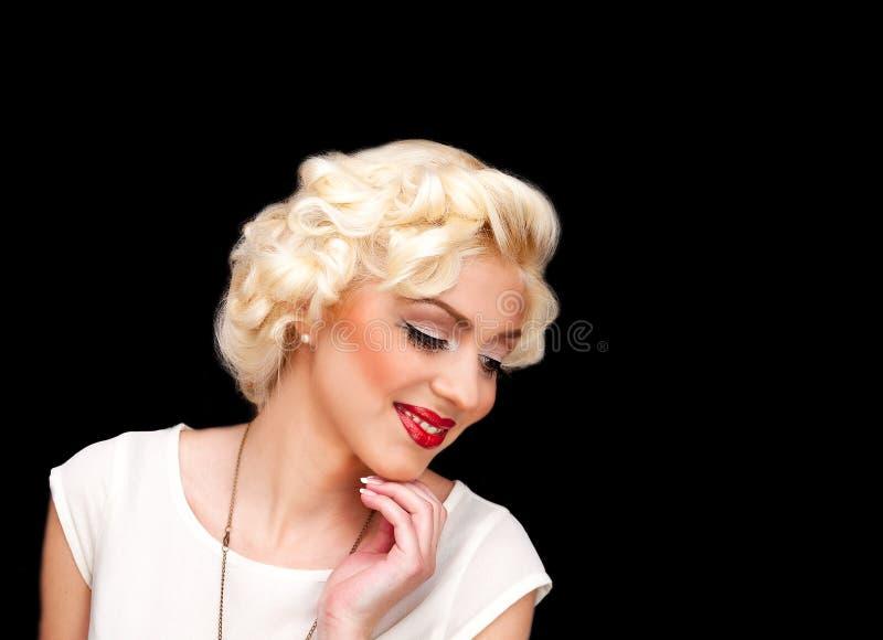 Modèle assez blond de fille comme Marilyn Monroe dans la robe blanche avec les lèvres rouges image stock