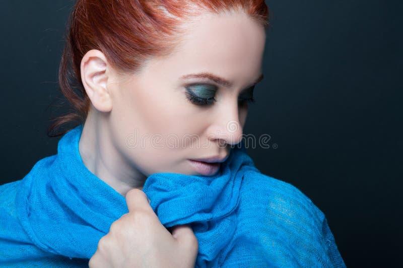 Modèle assez femelle avec l'écharpe bleue photos libres de droits