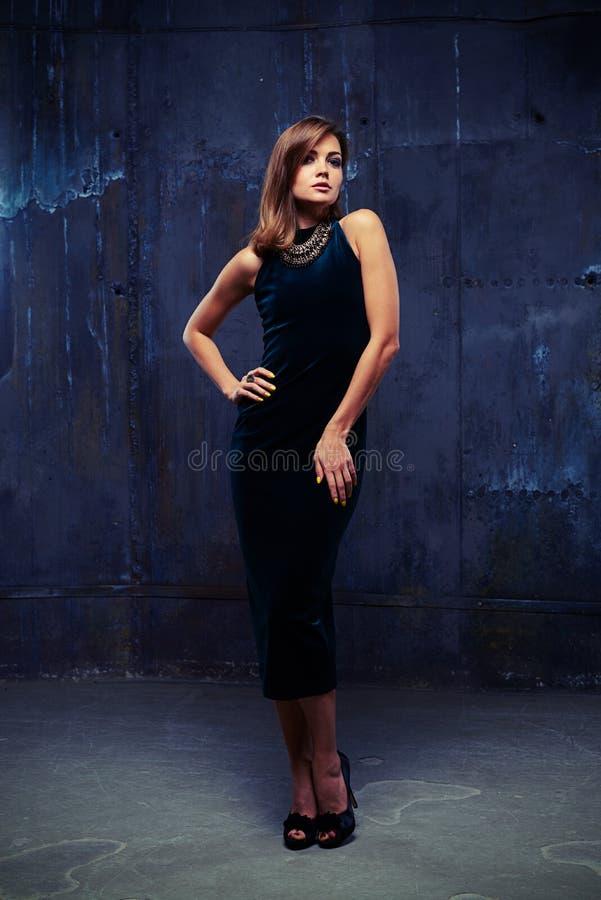 Modèle attrayant sophistiqué en robe et bijoux bleus de velours photo stock