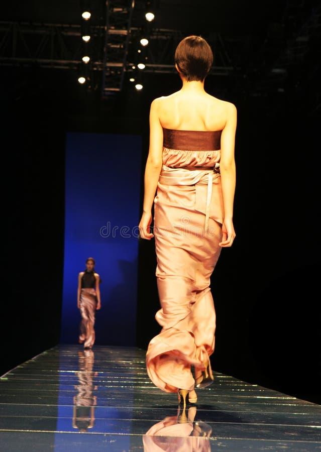 Modèle au défilé de mode image stock