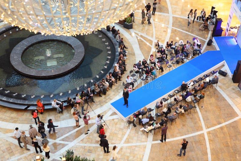 Modèle au podium au défilé de mode Kanzler photographie stock libre de droits