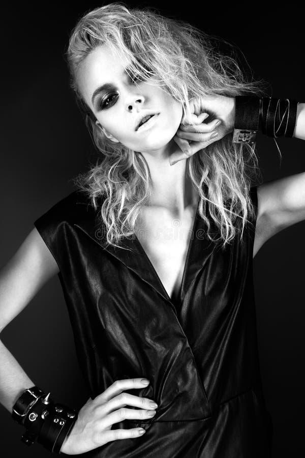 Modèle audacieux de fille dans la robe en cuir noire, style de images stock