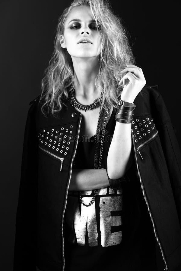 Modèle audacieux de fille dans la robe en cuir noire, style de image libre de droits