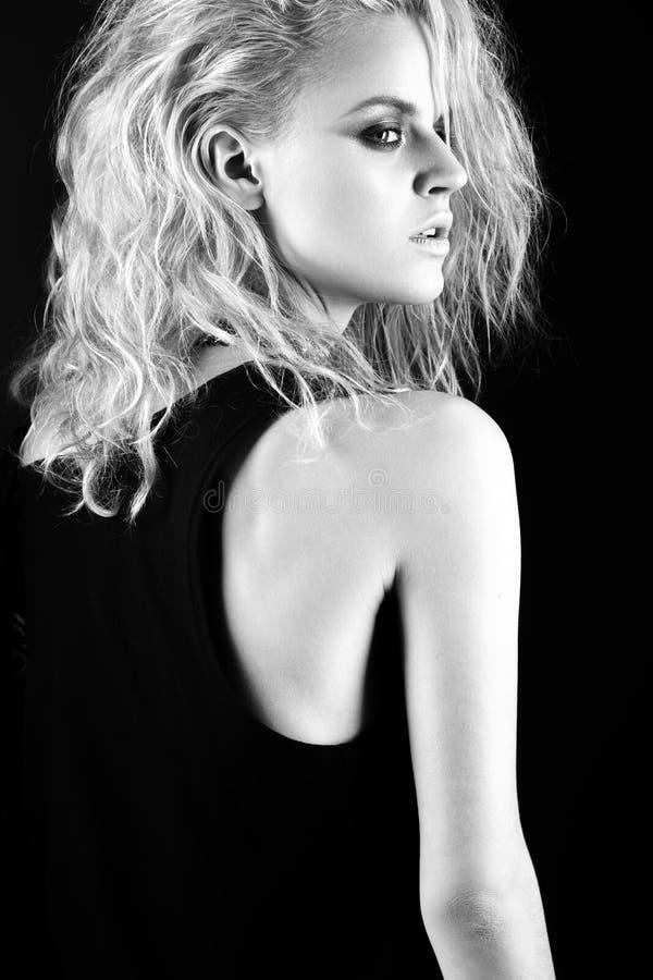 Modèle audacieux de fille dans la robe en cuir noire, style de roche, maquillage foncé, cheveux humides et bracelets sur ses bras photographie stock libre de droits