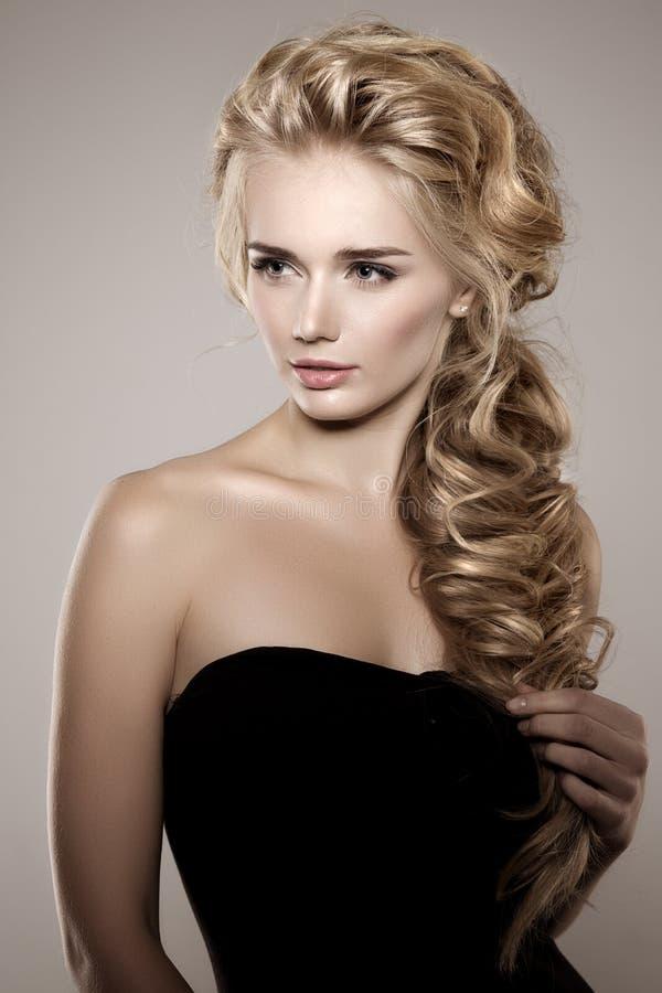 Modèle avec de longs cheveux tressés Coiffure de tresse de boucles de vagues cheveu photographie stock libre de droits