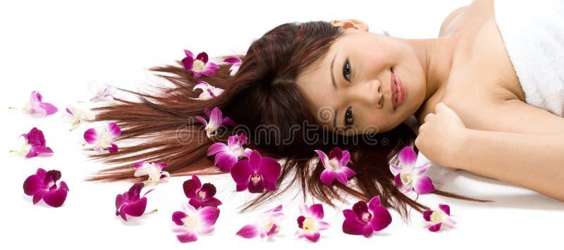Modèle avec des orchidées images stock