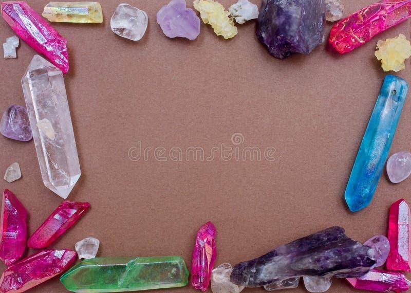 Modèle avec différents cristaux de pierres photographie stock libre de droits