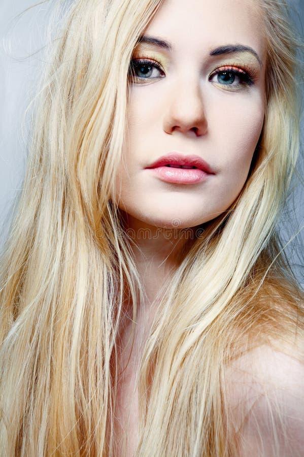 Modèle avec le long cheveu blond. photographie stock libre de droits