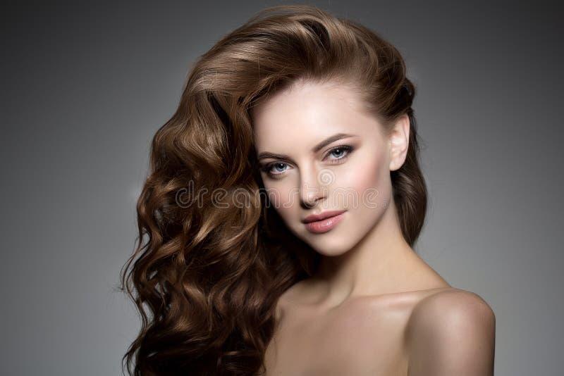 Modèle avec le long cheveu Coiffure de boucles de vagues Salon de coiffure Updo f image libre de droits