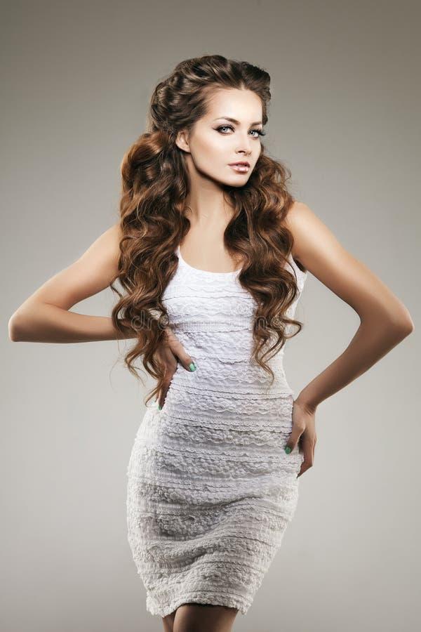 Modèle avec le long cheveu Coiffure de boucles de vagues Salon de coiffure Updo f images stock