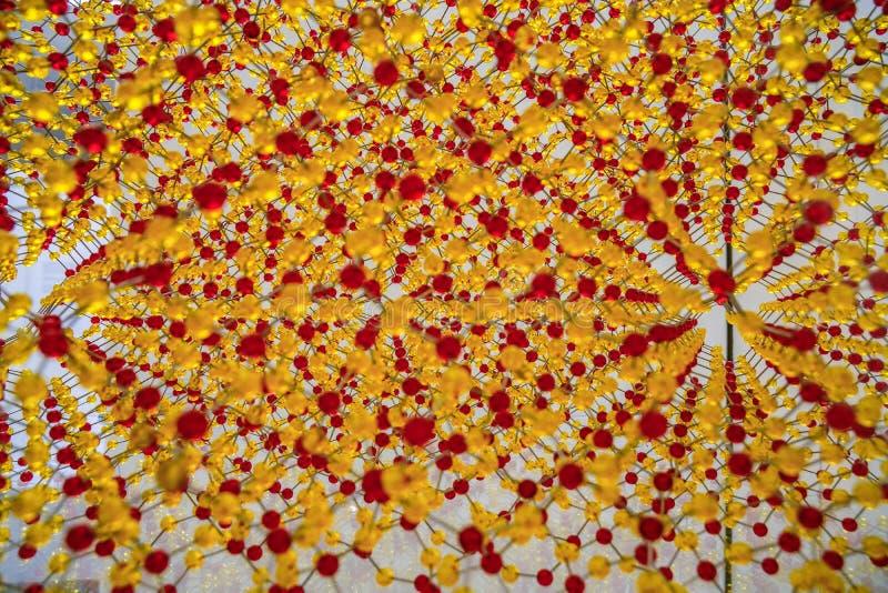 Modèle avec le petit modèle rouge et jaune d'atome de battements images stock