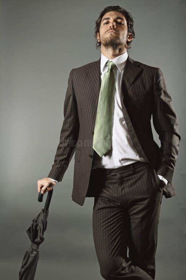 Modèle beau audacieux avec le costume et le parapluie élégants photo stock