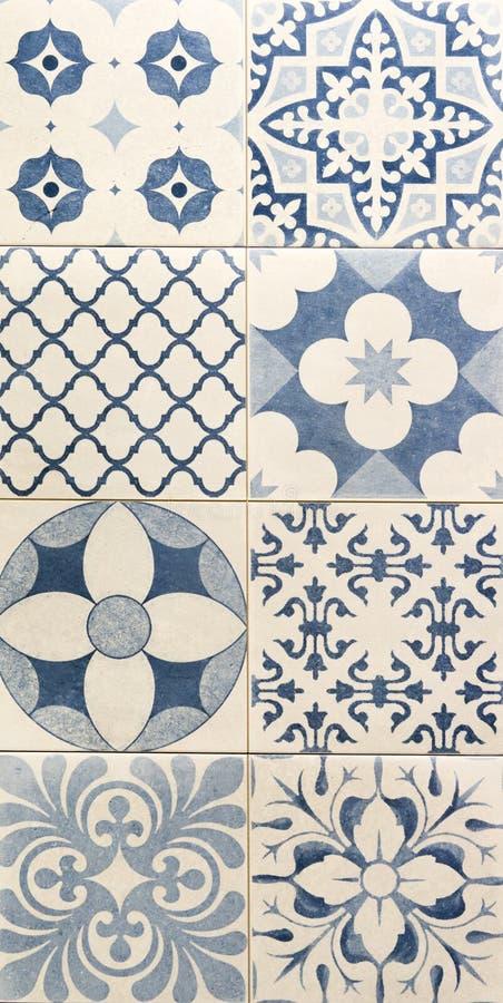 Modèle bleu de couleur sur les tuiles de mosaïque blanches image stock