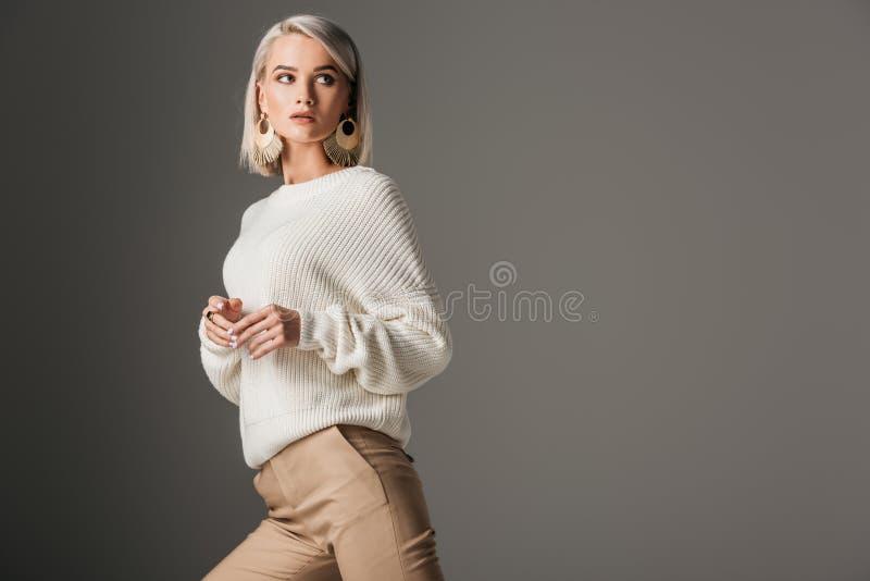 modèle blond élégant posant dans le chandail tricoté blanc images libres de droits