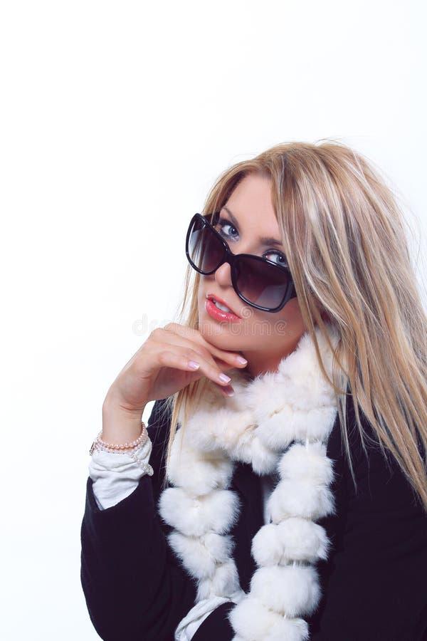 Modèle blond avec la pose de lunettes de soleil image stock